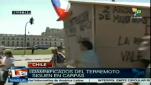Symbolisch: Demonstranten ziehen mit einem Haus aus Karton durch die Straßen