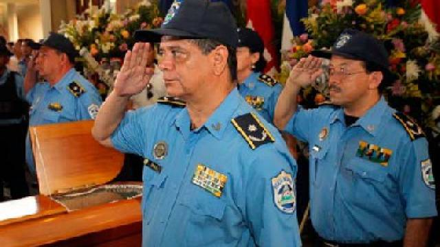 Mitglieder der Nationalpolizei am Sarg Borges