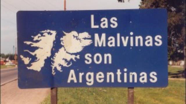 """""""Die Malvinen sind argentinisch"""" - Schild am Rand einer Straße in Argentinien"""