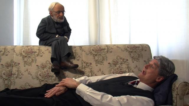 Gauck (alias Reiner Kröhnert) auf der Freud-Couch