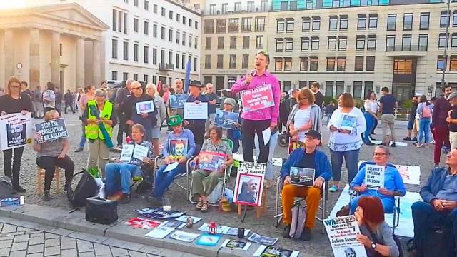 Mahnwache für Julian Assange am Pariser Platz