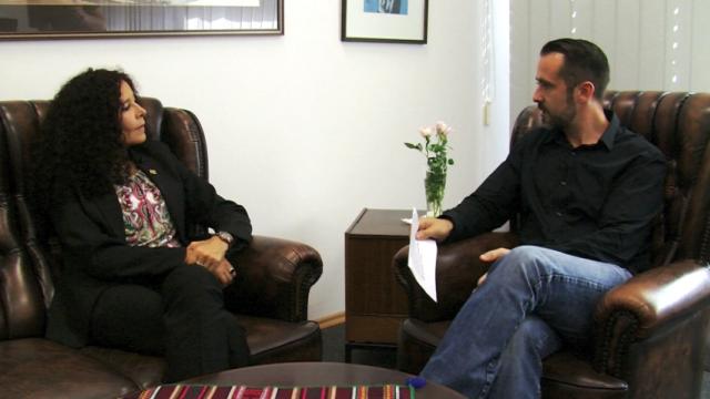 Botschafterin Elizabeth Salguero und weltnetz.tv-Redakteur Harald Neuber