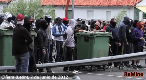 Bergarbeiter blockieren eine Straße