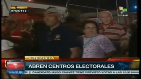Wähler warten vor einem Abstimmungslokal